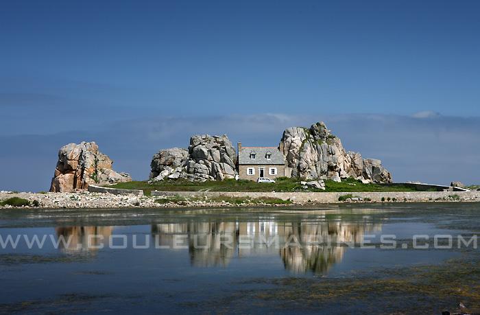 Photos la bretagne maison de plougrescant at erik brin photographe de mer - Maison entre deux rochers ...