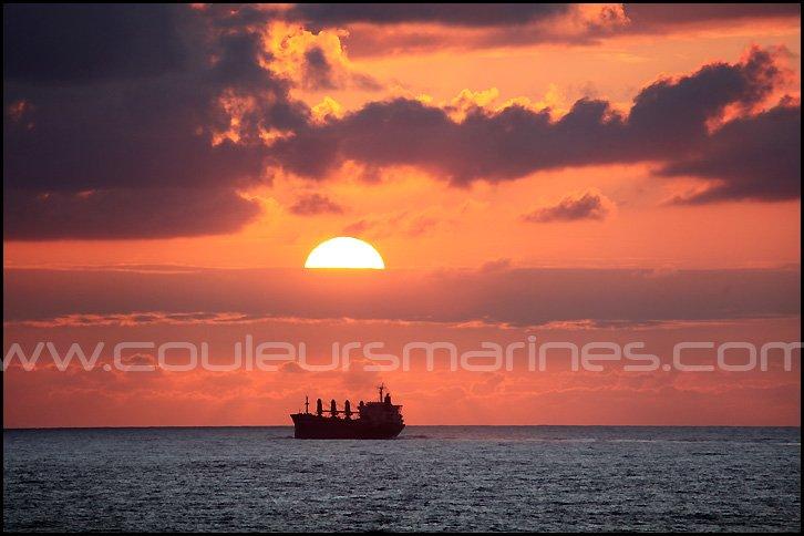 Photos, un cargo en mer au coucher du soleil dans le Golfe de Gascogne par Erik Brin, photographe de mer !