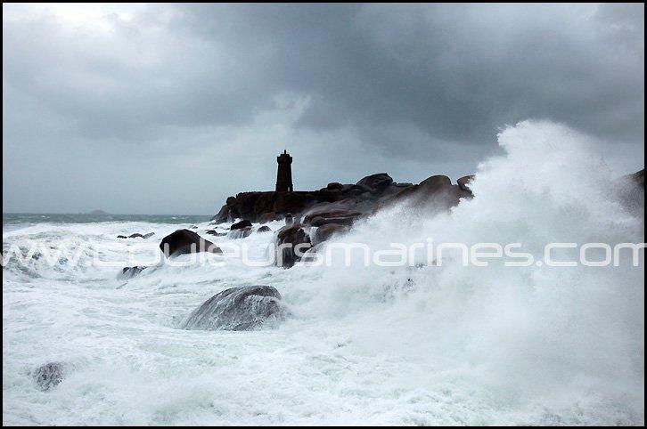 Tempête en Bretagne. Le phare de Ploumanac'h dans la tempête.